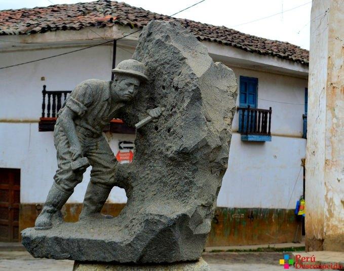 Esculturas en la plaza de Chacas