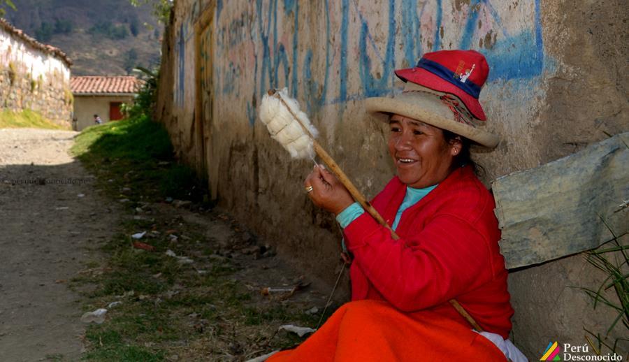Señora hilando al rededor de Curayacu en Pomabamba
