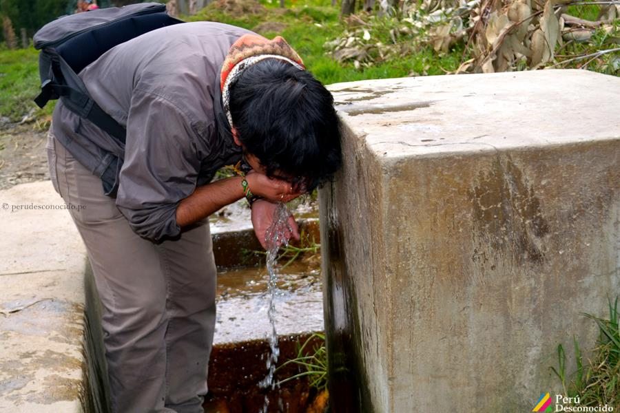 Bebiendo de la cristalina agua de Curayacu.