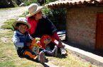 Una señora bastante alegre acompañado de su pequeño hijo